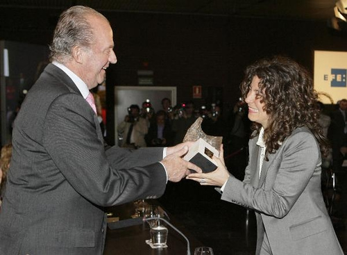 Don Juan Carlos, rey de Espaa, junto Sandra Camps